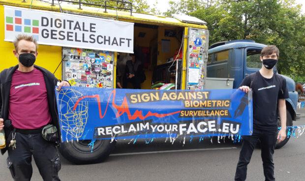 Reclaim Your Face - Banner vor Lautsprecherwagen