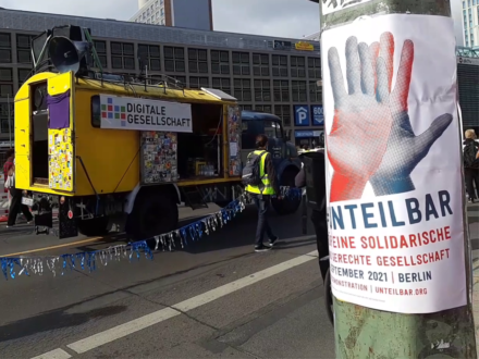 Demowagen mit Unteilbar-Plakat